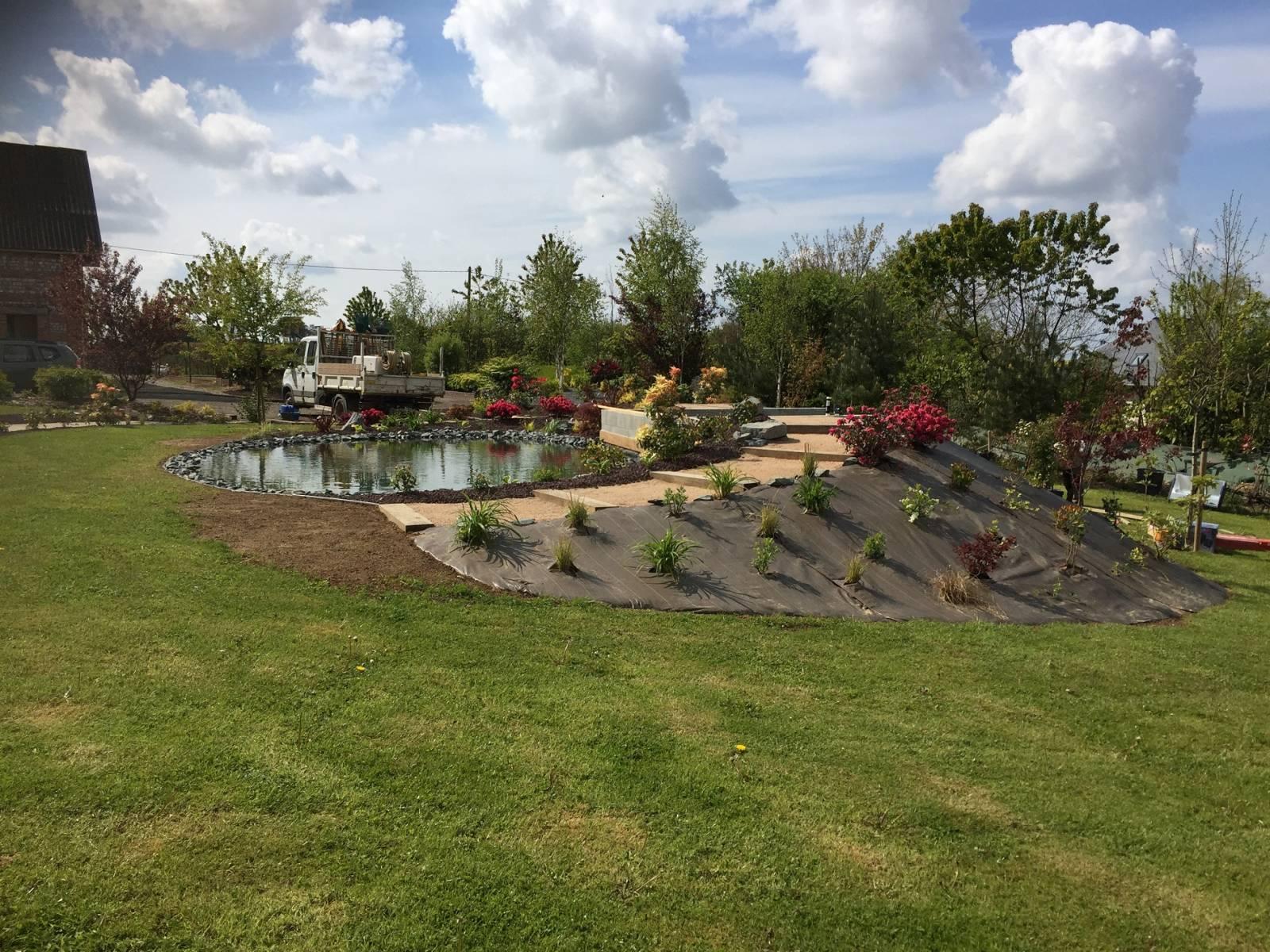 entreprise d'espace vert pour l'aménagement d'un bassin de jardin